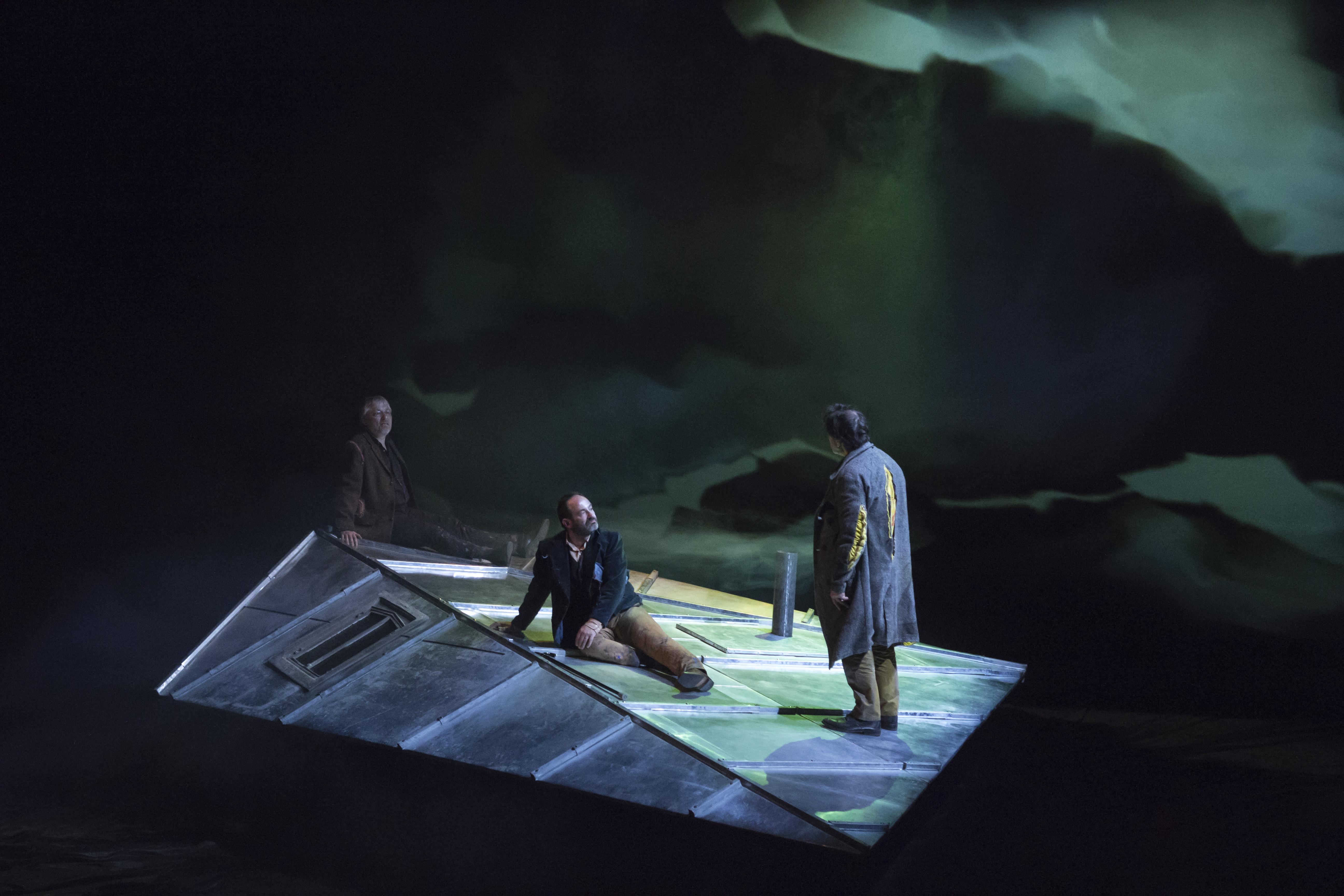 3 hommes sur un toit